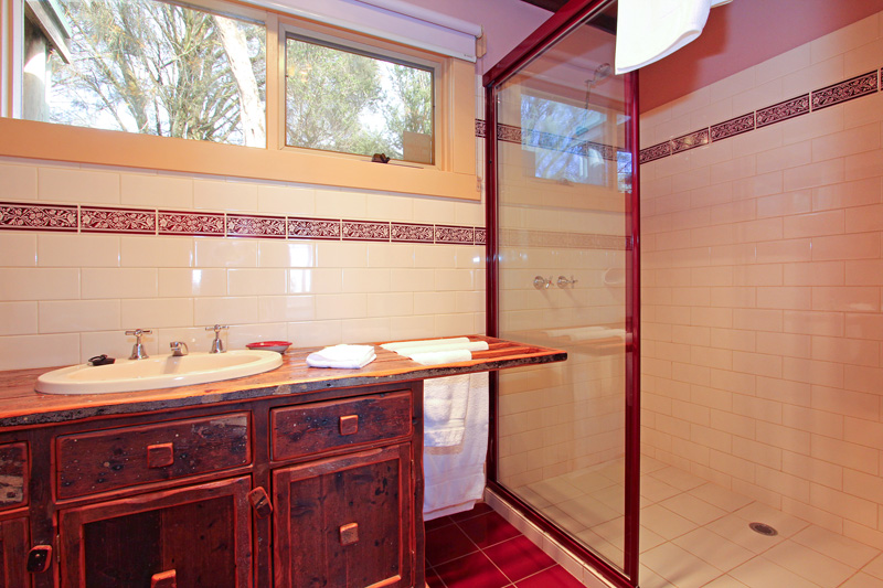 Settlers Cottage ensuite bathroom